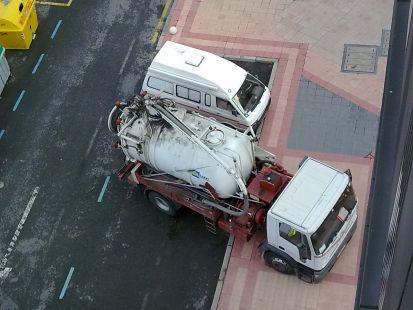 camion del ayuntamiento de barakaldo mal aparcado.
