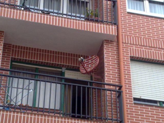 """Problemón: La parabólica """"afea"""" la fachada...-http://fotos.elcorreodigital.com/201103/26032011334-640x640x80.jpg"""