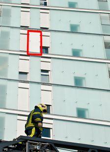 Salburua - Edificio con fachada de cristales detras de las vías.