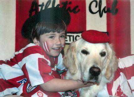 Ekaitz y su mascota, apasionados del Athletic