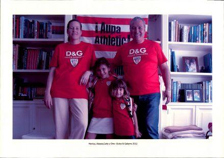 Monica, Alessia, Carla y Dino disfrutan de los colores rojiblancos