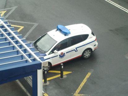 Una patrulla de la Ertzaintza cometiendo una infracción