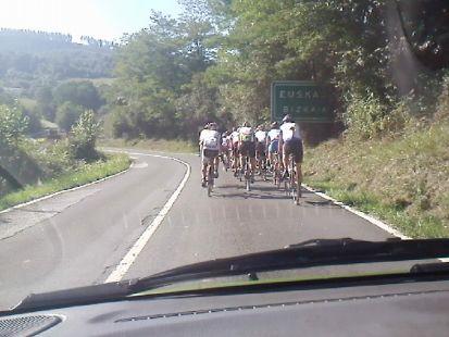 ciclistas por la carretera