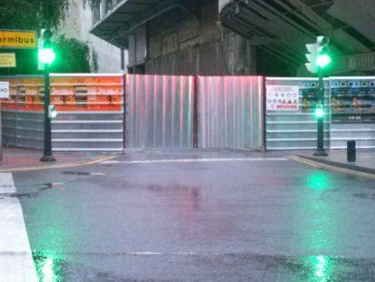 semaforo en verde en una calle cortada